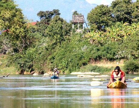 Tijdens uw kanotocht rondom Vang Vieng ziet u ontzettend veel groen en mooie uitzichten!