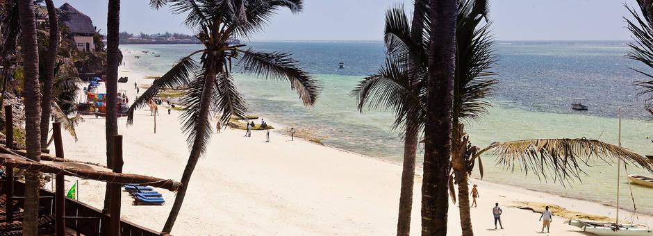 Uitrusten aan het strand van Mombasa na een rondreis door Kenia