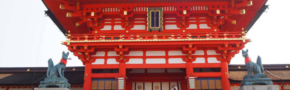 De opvallende rode kleuren van een tempel in Kyoto in Japan