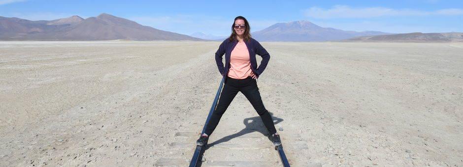 Poseren op de treinrails in Uyuni - Bolivia