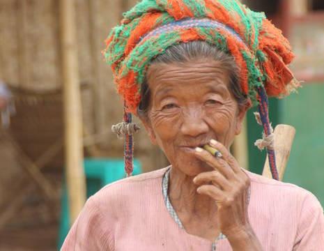 Myanmar-inelake-rokendemevrouw(8)