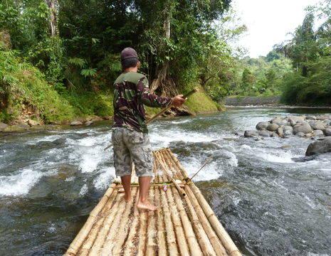 Kalimantan-Loksado-varen op een bamboevlot_1