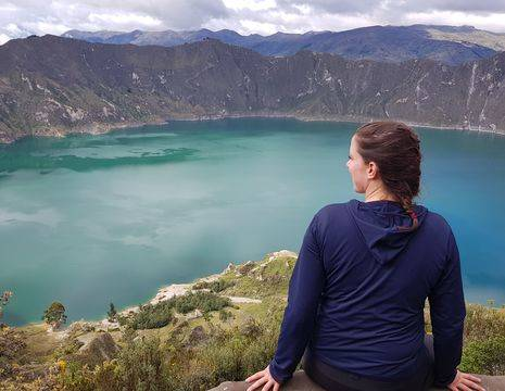 Het intens blauwe kratermeer Quilotoa