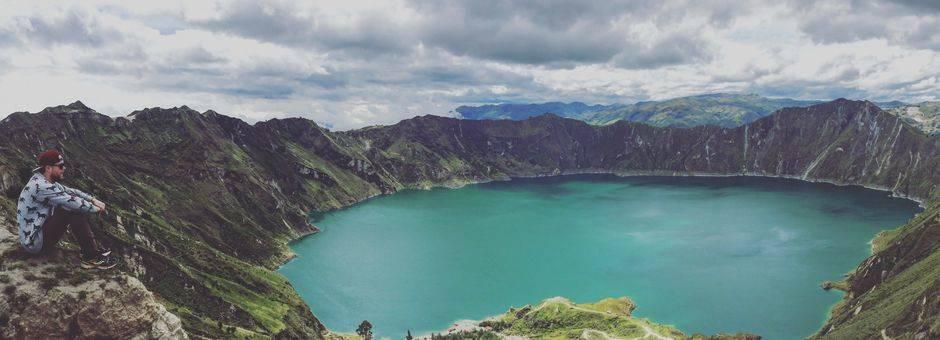 Prachtige blauwe kratermeer in Quilotoa