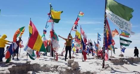 Tussen de kleurige vlaggen in Uyuni - Bolivia