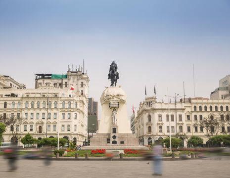 Standbeeld-op-Plaza-San-Martin-Lima(3)