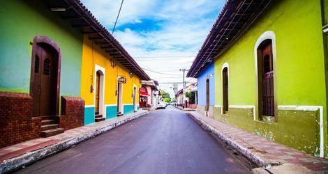 Vrolijke gekleurde huizen in Leon