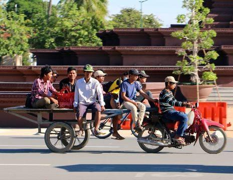 Cambodja-Phnom-Penh-locals-brommer_1_479899