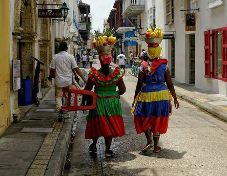 Colombia-Cartagena-locals-gekleurde-jurken_1_485229