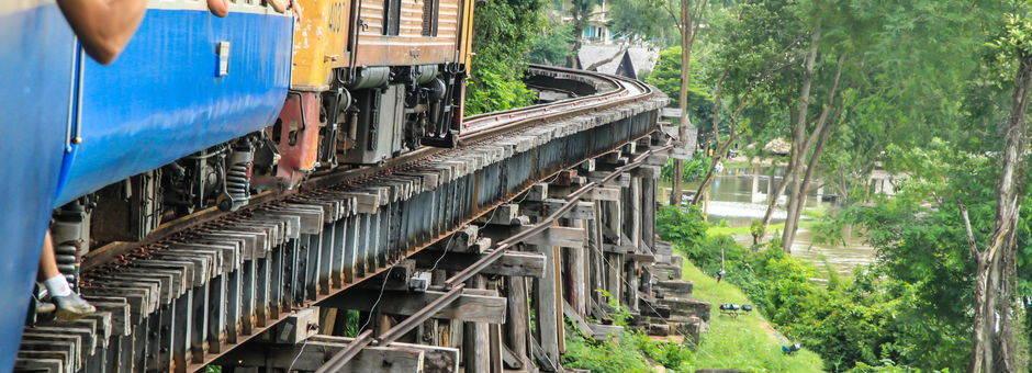 Reizen per trein in Thailand zoals hier bij de River Kwai