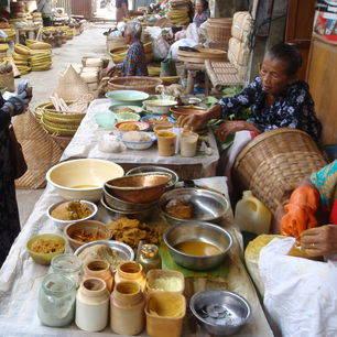 Jogyakarta-marktverkoop-tijdensfietstocht