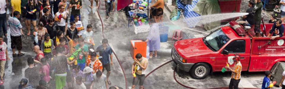 Gooien met water tijdens Songkran