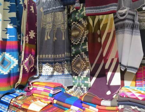 Ecuador-Otavalo-kleurrijke-kleden_1_551768
