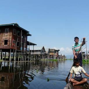 Myanmar-Inle Lake-huizen met kids(8)