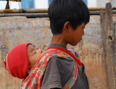 Myanmar-Kalaw-jongetje met baby(8)
