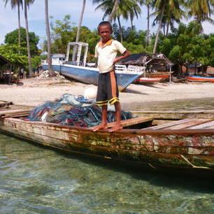 Indonesie-Molukken-Seram-vissersboot-jongen(8)