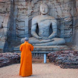 Sri Lanka-Anuradhapura-monnik-beeld(8)