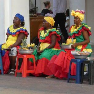 Lokale vrouwen verkopen fruit in Cartagena