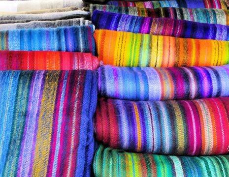 Ecuador-Otavalo-kleurrijke-stoffen