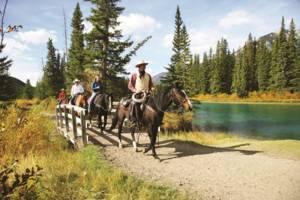 Paardrijden langs Bow-rivier